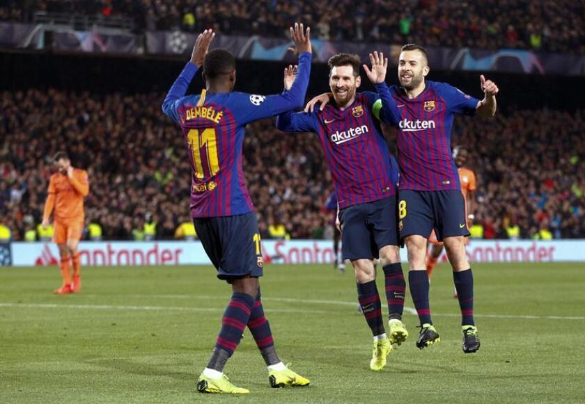 Los jugadores del FC Barcelona, (i-d) el francés Ousmane Dembele, el argentino Leo Messi y Jordi Alba, celebran el quinto gol del equipo blaugrana durante el encuentro correspondiente a la vuelta de los octavos de final de la Liga de Campeones que disputaron ayer frente al Olympique de Lyon en el estadio del Camp Nou, en Barcelona. EFE