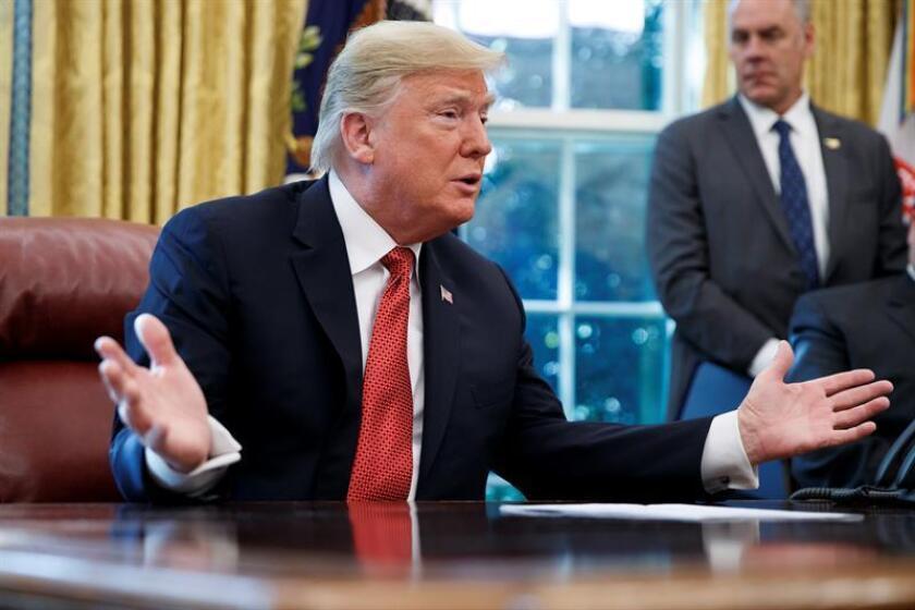 El presidente de EE.UU., Donald Trump, habla durante un acto en la Oficina Oval en Washington (EE.UU.). EFE/Archivo