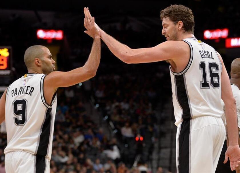 El jugador Pau Gasol (d) de San Antonio Spurs celebra junto a su compañero Tony Parker (izda). EFE/Archivo