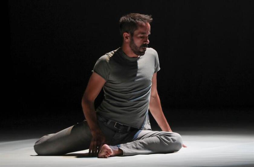 """La compañía de danza contemporánea del bailarín y coreógrafo español Daniel Abreu presenta este viernes en Miami """"Cabeza"""", una obra que """"invita a observar paisajes de la mente"""" en un escenario, según dice su fundador a Efe. EFE/Archivo"""