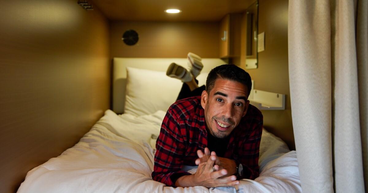 Mengapa L. A. orang yang tidur dalam polong ditumpuk di atas satu sama lain? Bukan hanya biaya perumahan