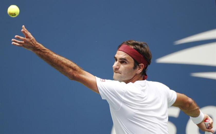 Roger Federer de Suiza sirve una bola a Benoit Paire de Francia hoy, jueves 30 de agosto de 2018, durante un juego en el cuarto día del Abierto de Tenis de Estados Unidos en el Centro Nacional de Tenis USTA en Flushing Meadows (Nueva York). EFE