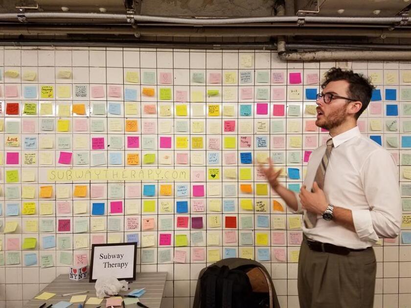 Matthew Chávez, un artista de 28 años, habla hoy con Efe sobre la idea que tuvo hace 6 meses de que el publico que transita por el metro de Nueva York expresara sus sentimientos a través de mensajes en un pasillo. EFE/Archivo