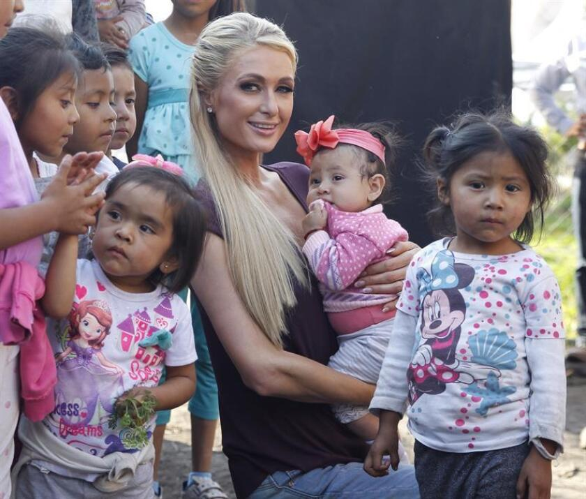 La multifacética París Hilton, posa con habitantes del pueblo de San Gregorio Atlapulco, en la delegación Xochimilco (México), que fue afectado por el sismo del pasado 19 de septiembre, donde se reunió con familias para entregarles ayuda. EFE