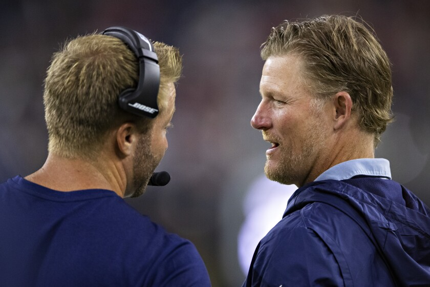 Sean McVay and Les Snead talk on the sideline.