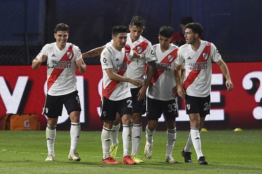 Julián Álvarez, a la izquierda, celebra con sus compañeros de River Plate después de anotar en el encuentro ante Boca Juniors, el domingo 16 de mayo de 2021, en Buenos Aires. (Marcelo Endelli/Pool via AP)