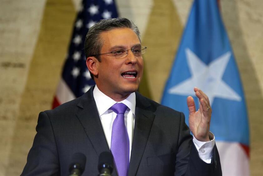 El gobernador de Puerto Rico, Alejandro García Padilla, exhortó hoy al ejecutivo electo, Ricardo Rosselló, a trabajar unidos para atender las medidas que la Junta de Supervisión Fiscal (JSF) solicita e incluir los planes fiscales de ambos para enfrentar la crisis económica que existe en la isla. EFE/ARCHIVO