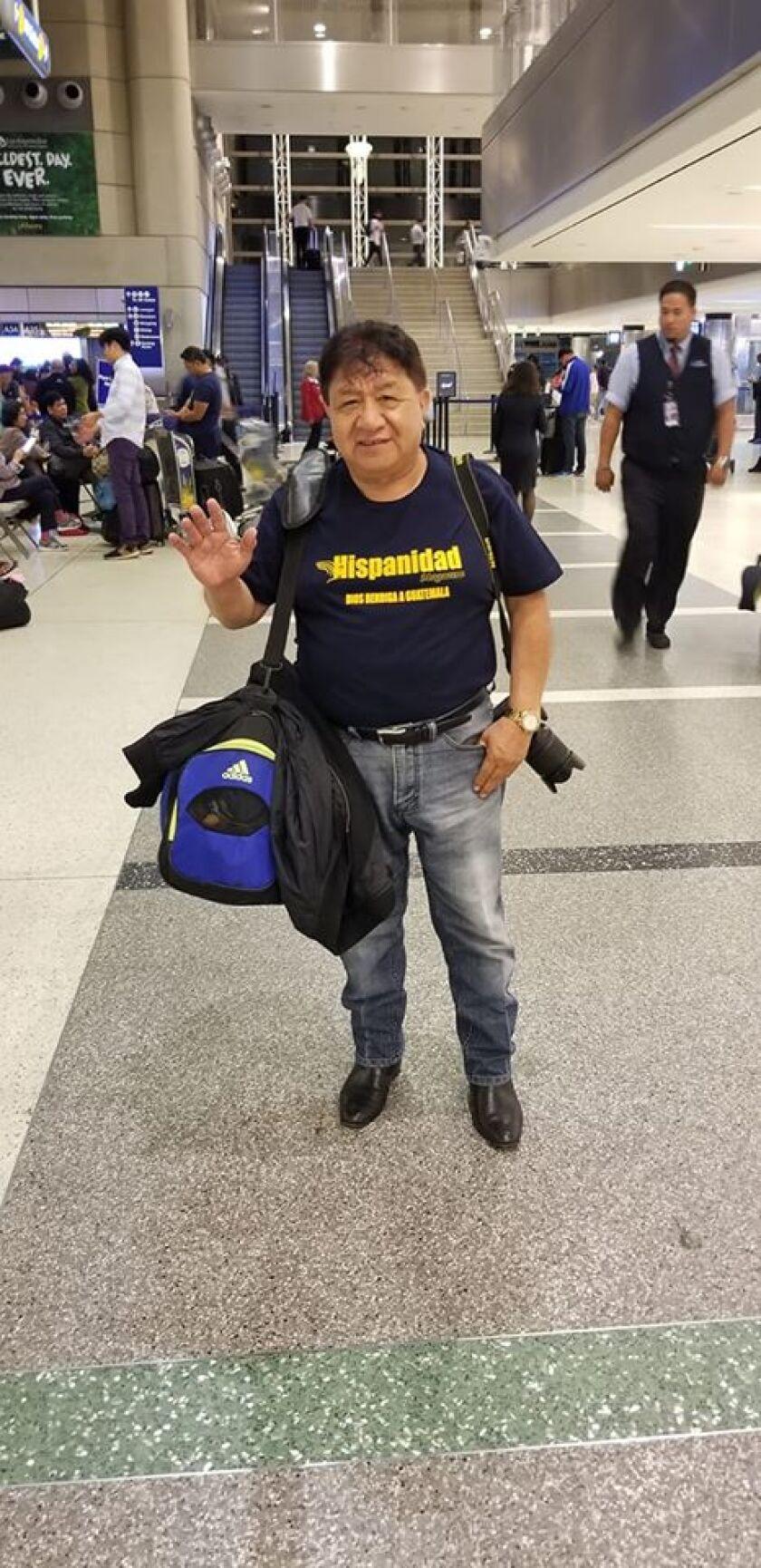 Siempre se hacía acompañar de su cámara fotográfica, como aparece aquí antes de viajar a Guatemala en septiembre de 2019.