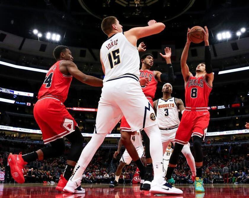 Nikola Jokic (2i) de los Nuggets disputa un balón con Zach LaVine (d) de los Bulls durante un partido de baloncesto de la NBA entre Denver Nuggets y Chicago Bulls, en el United Center de la ciudad de Chicago, Illinois (EE.UU.). EFE