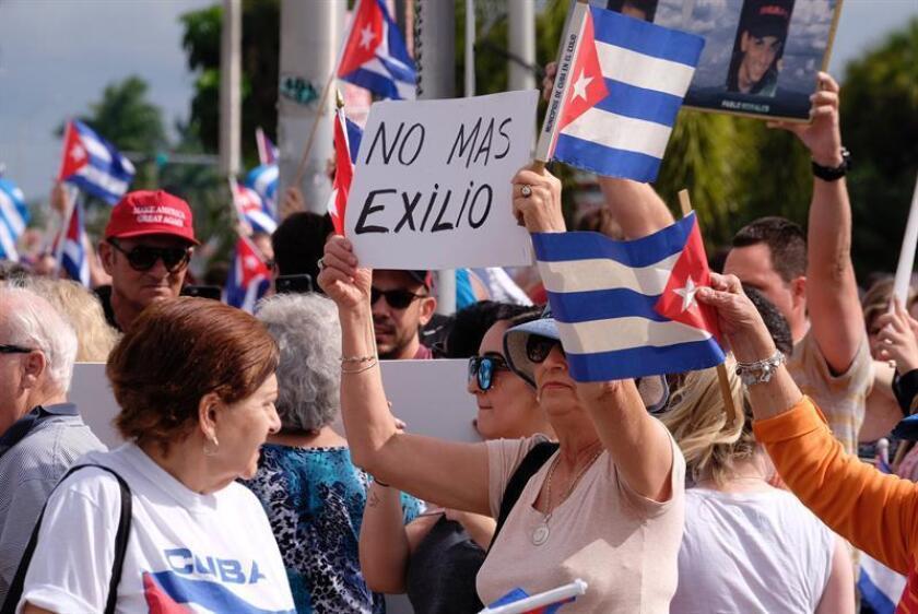 """Políticos, activistas del exilio y cubanos residentes en Miami interpretaron hoy de muy diversas maneras al anuncio del fin la política de """"pies secos/pies mojados"""", que beneficia a los cubanos que llegan a EE.UU. EFE/ARCHIVO"""