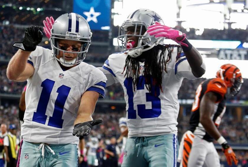 El receptor de los Cowboys de Dallas, Lucky Whitehead (d) y su compañero de equipo Cole Beasley. EFE/Archivo