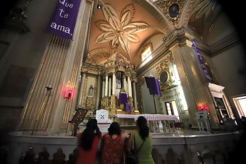 Feligreses acuden a la iglesia de la Merced, durante la tradicional visita de los siete templos, en la ciudad de Guadalajara (México). EFE/Archivo