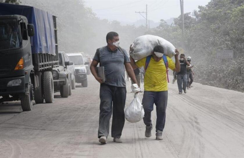Algunos habitantes recorren sus caceríos mientras los rescatistas continúan buscando a más supervivientes en la localidad de El Rodeo (Guatemala). EFE