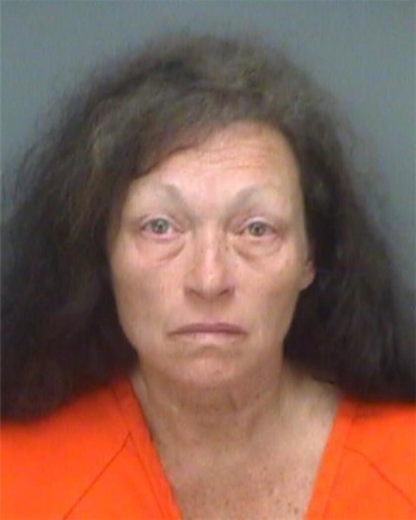 Kathleen Marie Steele, de 62 años, en fotografía proporcionada por la jefatura de policía del condado Pinellas, en Florida. Steele fue arrestada el jueves 11 de agosto de 2016 acusada de homicidio involuntario agravado de un menor por la muerte de su hija de 13 días de nacida. La niña fue matada a golpes por su hermano de seis años cuando la madre los dejó solos al menos 38 minutos dentro de una minocamioneta, según la policía. (Jefe de policía del condado Pinellas, Florida, vía AP)