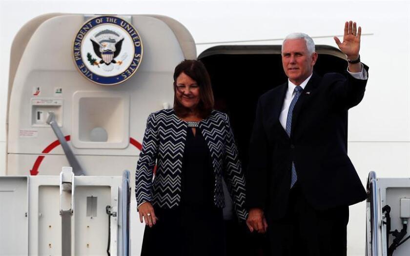 El vicepresidente de Estados Unidos, Mike Pence (d), y su esposa Karen Pence (i), llegan el miércoles 27 de junio de 2018, al Aeropuerto Internacional Mariscal Sucre de Quito (Ecuador). EFE/Archivo