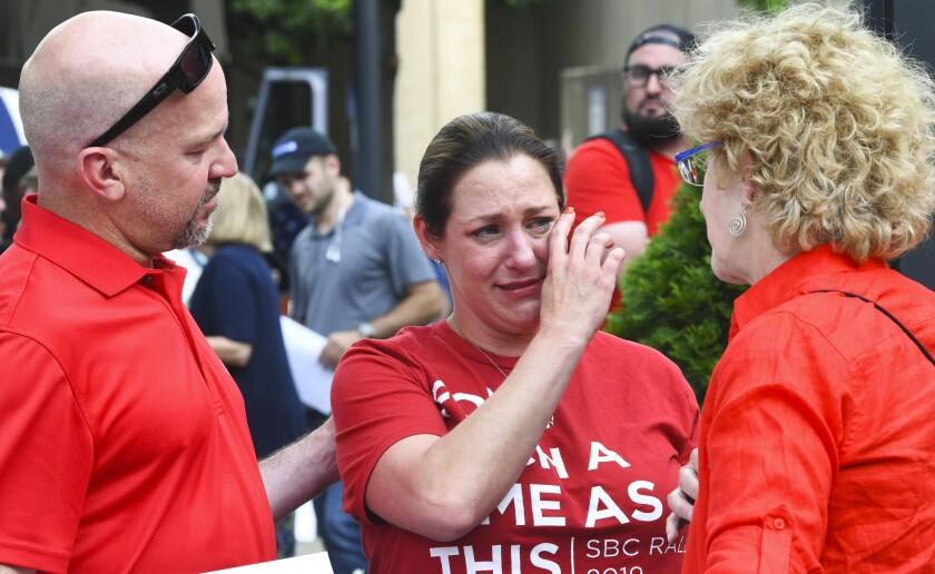 Jules Woodson (centro), su novio Ben Smith (izq) y Christa Brown en una protesta contra la conferencia de los Bautistas del Sur de Estados Unidos en Birmingham, Alabama, el 11 de junio del 2019. (AP Foto/Julie Bennett, File)