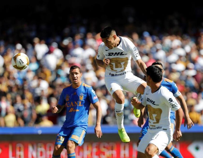 Felipe Mora, de Pumas, anota un gol durante el partido de cuartos de final del Torneo Apertura disputado entre Pumas de la Universidad y Tigres de Monterrey hoy en el estadio Olímpico Universitario, en Ciudad de México (México). EFE
