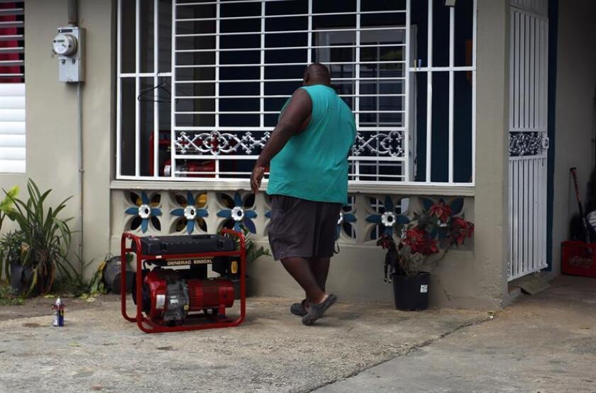 Una persona recoje su generador eléctrico tras el restablecimiento de la electricidad en Puerto Rico. EFE/Archivo