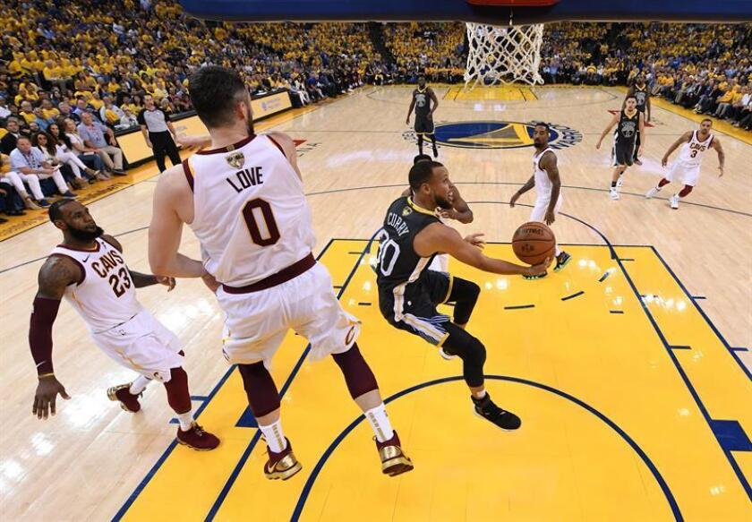 Golden State Warriors player Stephen Curry (R) goes to the basket against Cleveland Cavaliers player Kevin Love (L) in the first half of game two of the NBA Finals at Oracle Arena in Oakland, California, USA, 3 June 2018. EFE