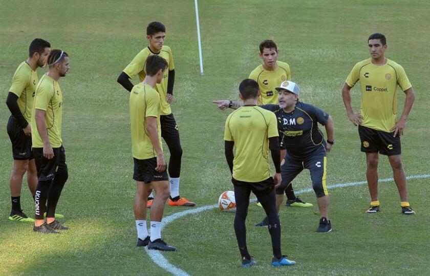 El técnico argentino Diego Armando Maradona (2d) da instrucciones a los jugadores durante una sesión de entrenamiento en la ciudad de Culiacán, Sinaloa (México). EFE/Archivo