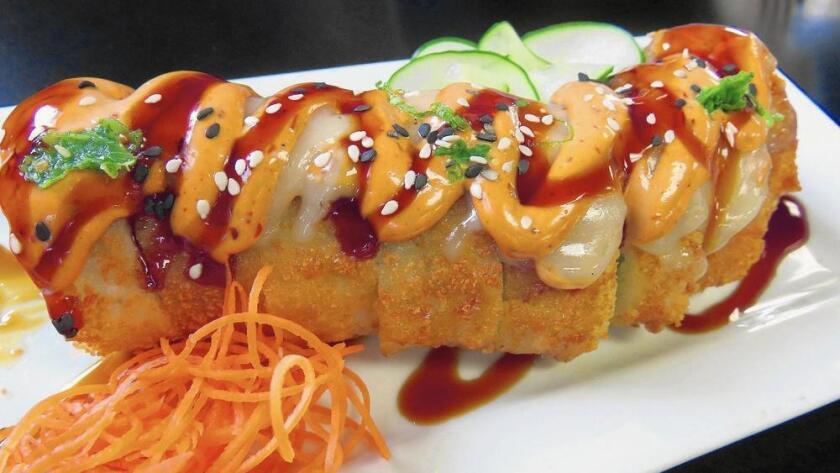 El Crispy Chicken Roll (roll de pollo crujiente) de Emporio posee ingredientes no convencionales para el sushi, tales como tocino y queso crema en su interior, y pechuga de pollo en la parte superior (Sarah Bennett / Weekend).