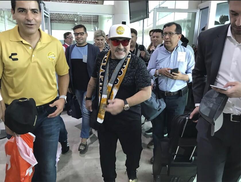 Esta foto proporcionada por Prensa Club Dorados de Sinaloa muestra al astro del fútbol argentino Diego Maradona en el aeropuerto de Culiacán, México, el sábado 8 de septiembre del 2018.