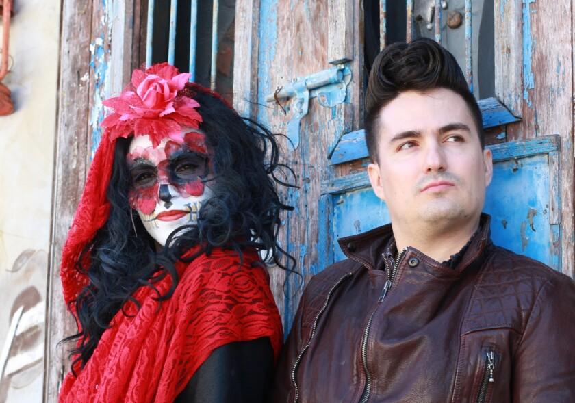El cantautor local Mitre al lado del actor que interpreta a la Catrina durante sus espectáculos, muy relacionados al concepto de la muerte.