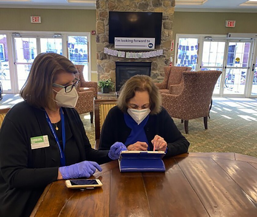 Ancianos aprenden a hacer compras en línea por pandemia