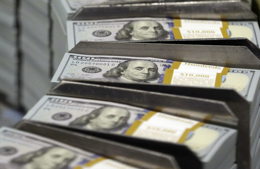 Los consumidores pueden tomar varias medidas para mejorar sus finanzas en 2017 (LM Otero / Associated Press).
