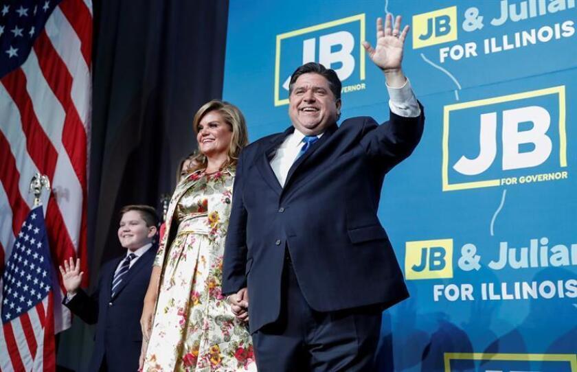El gobernador electo JB Pritzker (c), celebra con su esposa, Mary Kathryn Muenster (i), después de declarar la victoria sobre el gobernador Bruce Rauner en la elección de gobernador de Illinois 2018, durante la fiesta de la noche electoral en el Marriott Marquis en Chicago, Illinois, EE. UU., 6 de noviembre de 2018. EFE