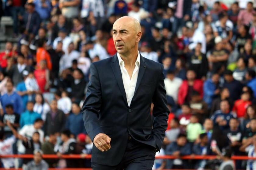 El director técnico de Pachuca Pako Ayestaran observa a los jugadores durante un partido entre Tuzos y Cruz Azul. EFE/Archivo