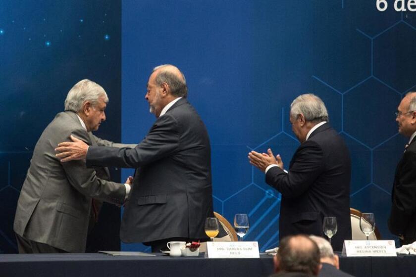 El próximo presidente de México, Andrés Manuel López Obrador (i), se saluda con el empresario Carlos Slim Helú (c) hoy, lunes 6 de julio de 2018, al termino de una reunión con agrupaciones de ingenieros en Ciudad de México (México). EFE/STR