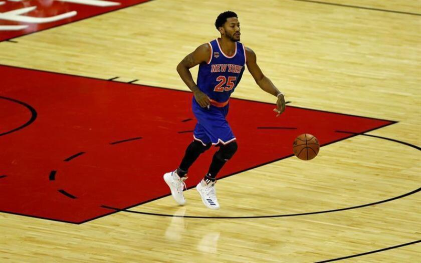 Derrick Rose de los New York Knicks controla el balón durante un partido. EFE/Archivo