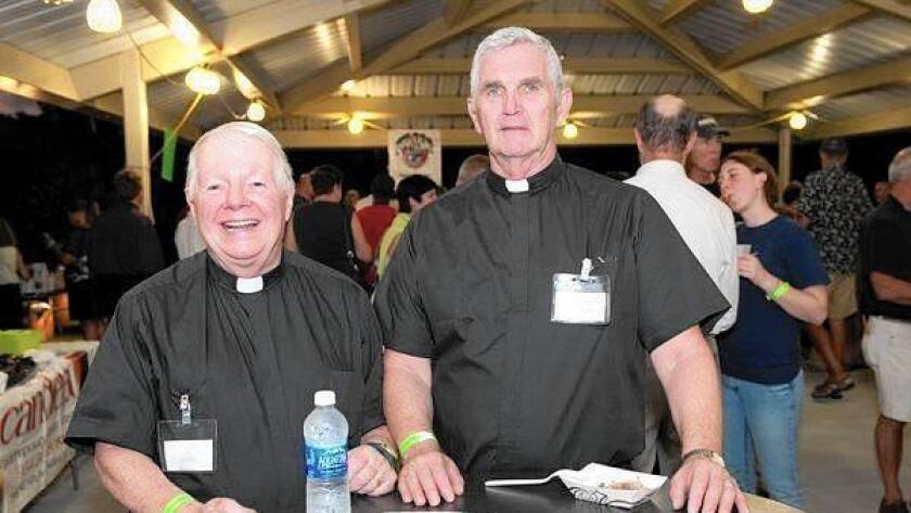 John Joseph Reid y Larry Turnerson pareja y sacerdotes de la iglesia católica independiente Divine Mercy Chapel en Wilton Manors.