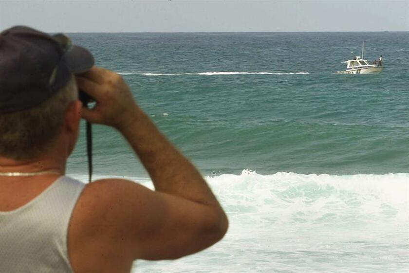 Vista de un hombre observando con binoculares. La búsqueda del cazador Antonio Carrión, vecino del municipio de Arecibo, que desapareció en la Isla de Mona, situada entre República Dominicana y Puerto Rico, fue interrumpida tras resultar infructuosos todos los esfuerzos por dar con su paradero. EFE/Archivo