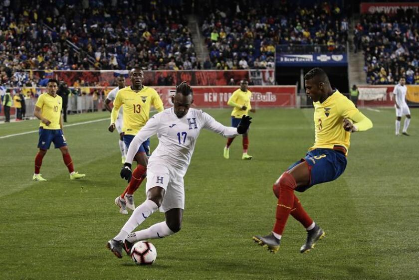 Alberth Elis (c) de Honduras disputa un balón con Robert Arboleda (d) de Ecuador durante un partido amistoso entre Honduras - Ecuador este martes en el estadio Red Bull en Harrison, New Jersey (EE.UU.). EFE