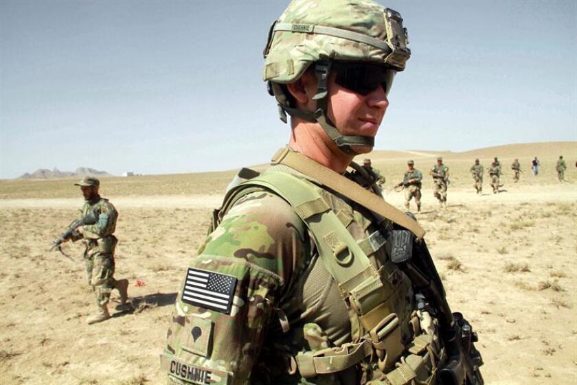 Un soldado estadounidense supervisa el entrenamiento de soldados afganos en Herat (Afganistán). EFE/Archivo
