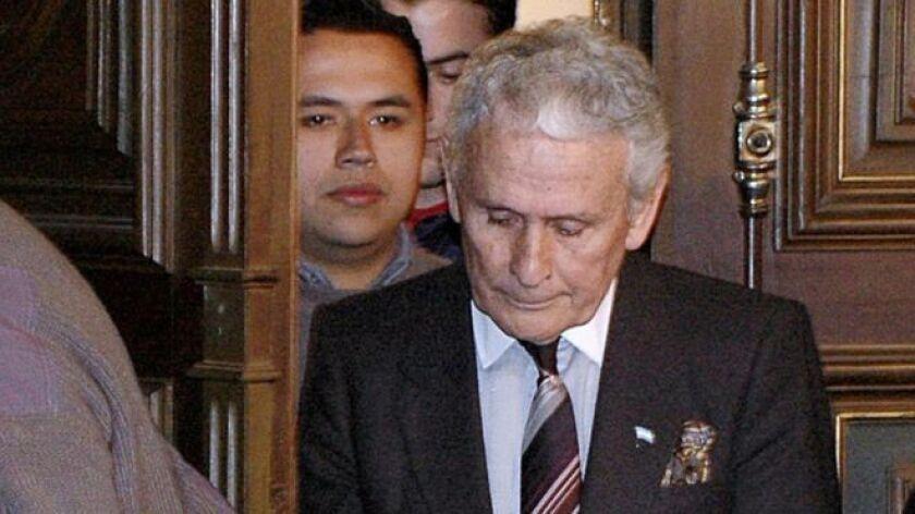 Un tribunal argentino decretó la salida de prisión y el paso a la situación de reclusión domiciliaria de Miguel Etchecolatz, de 88 años, antiguo responsable policial condenado a cadena a perpetua por crímenes contra la humanidad.