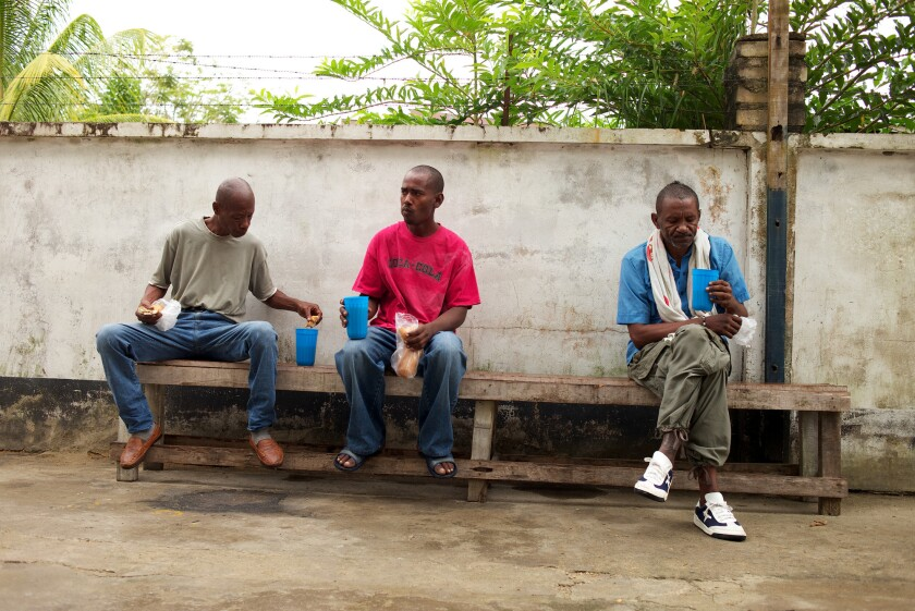ARCHIVO - En esta imagen hombres sin hogar desayunan en un albergue para indigentes en Paramaribo, Surinam. (AP Foto/Ertugrul Kilic, Archivo)