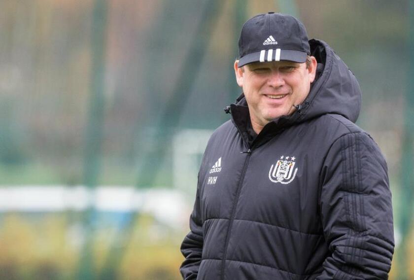 El entrenador del equipo belga de fútbol Anderlecht, Hein Vanhaezebrouck, dirige un entrenamiento en Bruselas (Bélgica). EFE/Archivo