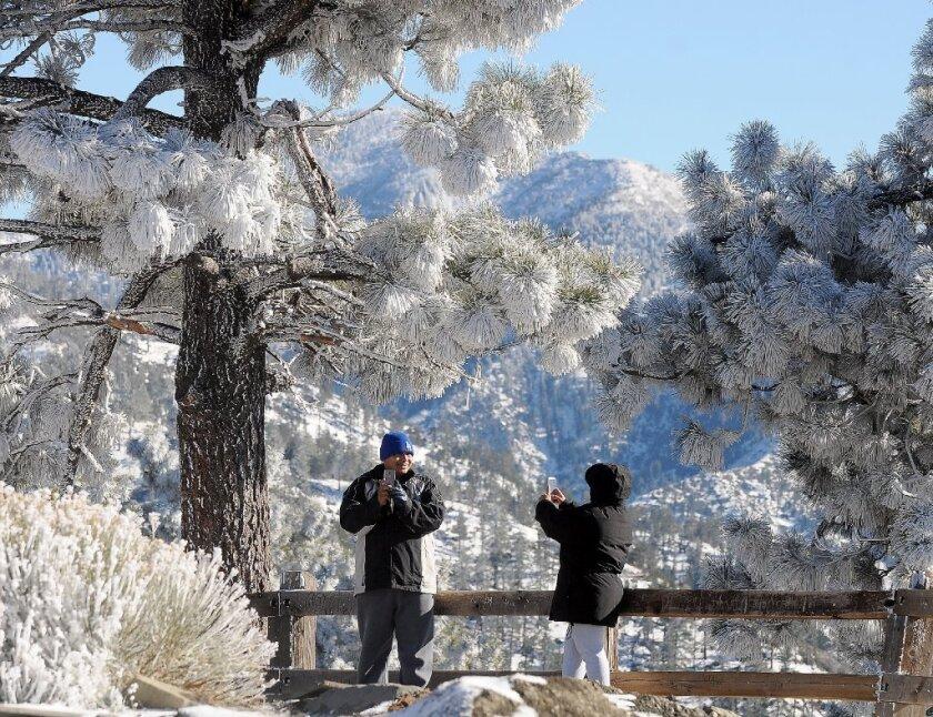 Una pareja no pierde el tiempo de tomarse fotos en las montañas de San Bernardino.