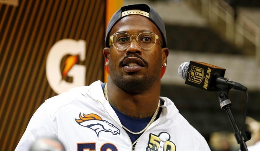 El jugador de Broncos Von Miller habla durante una rueda de prensa. EFE/Archivo