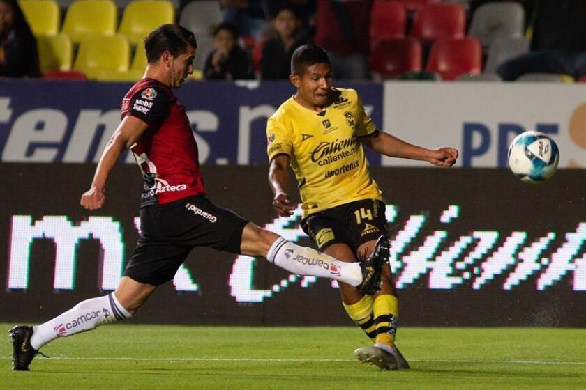 El jugador de Morelia Edison Flores (d) disputa el balón con Edgar Zaldívar (i) de Atlas este viernes, durante el juego correspondiente a la jornada 5 del torneo mexicano de fútbol celebrado en el estadio Morelos de la ciudad de Morelia (México). EFE