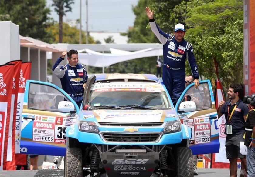 Fotografía de archivo del 6 de enero de 2018 de ecuatoriano Sebastián Guayasamín (d) y su copiloto el argentino Esteban López (d) durante el podio de salida del rally Dakar realizado en el cuartel general del ejército en Lima (Perú). EFE/Archivo