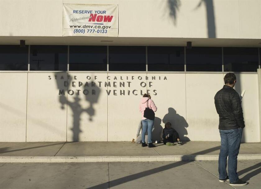 El Departamento de Vehículos Motorizados (DMV) de California continuará registrando automáticamente para votar a quien obtenga su licencia de conducir por primera vez o la renueve a pesar de haber cometido antes un error de registro, según se anunció hoy. EFE/ARCHIVO