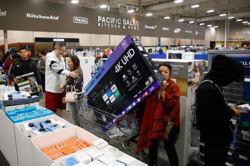 """Compradores hacen cola para adquirir televisores y otros aparatos electrónicos en la tienda Best Buy durante el """"Black Friday"""" en Costa Mesa, California (EE.UU), hoy, 23 de noviembre de 2018. EFE"""