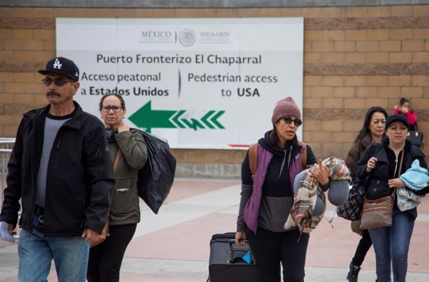 Un grupo de migrantes llegan a solicitar la visa humanitaria a la oficina fronteriza estadounidense de El Chaparral, en la frontera de la ciudad de Tijuana, en el estado de Baja California, con Estados Unidos. EFE/Archivo
