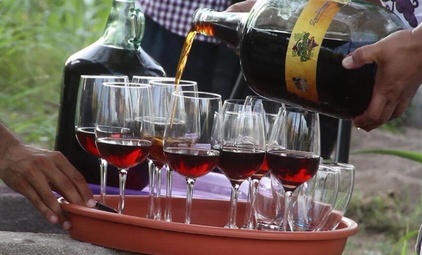 Fotograma tomado de un vídeo del día 20 de diciembre de 2017, que muestra a una sirviendo vino en la localidad La Purísima, Municipio de Comondú, Baja California Sur (México). EFE