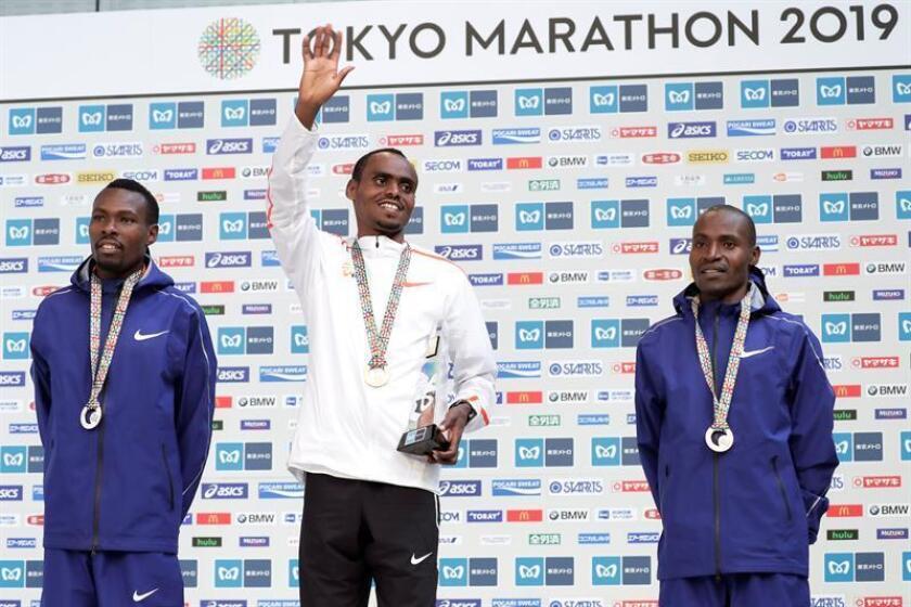 Birhanu Legese (c) de Ethiopia celebra su victoria en la Maratón de Tokio 2019. El podio masculino lo completaron el keniano Bedan Karoki (2h06:48) y el corredor de la misma nacionalidad Dickson Chumba (2h08:44). EFE