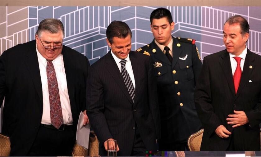 El presidente mexicano, Enrique Peña Nieto, felicitó hoy Agustín Carstens por su nombramiento como gerente del Banco de Pagos Internacionales (BIS, por sus siglas en inglés) desde octubre de 2017, un cargo por el que renunciará como gobernador del banco central. EFE/ARCHIVO